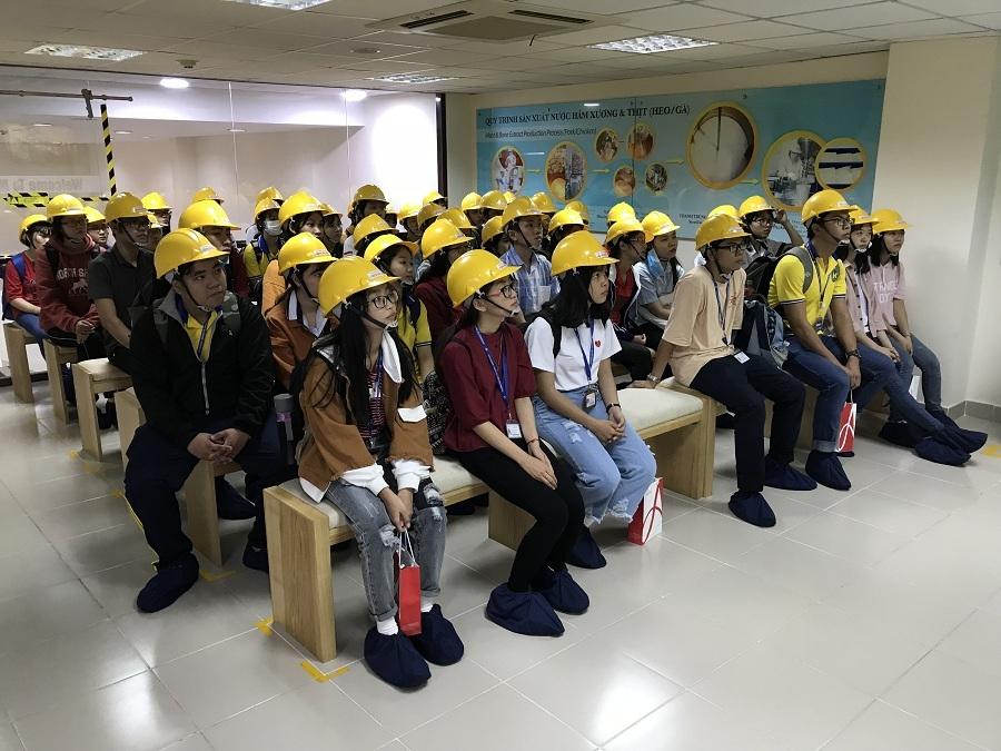 Sinh viên tìm hiểu và nghe giới thiệu về công ty