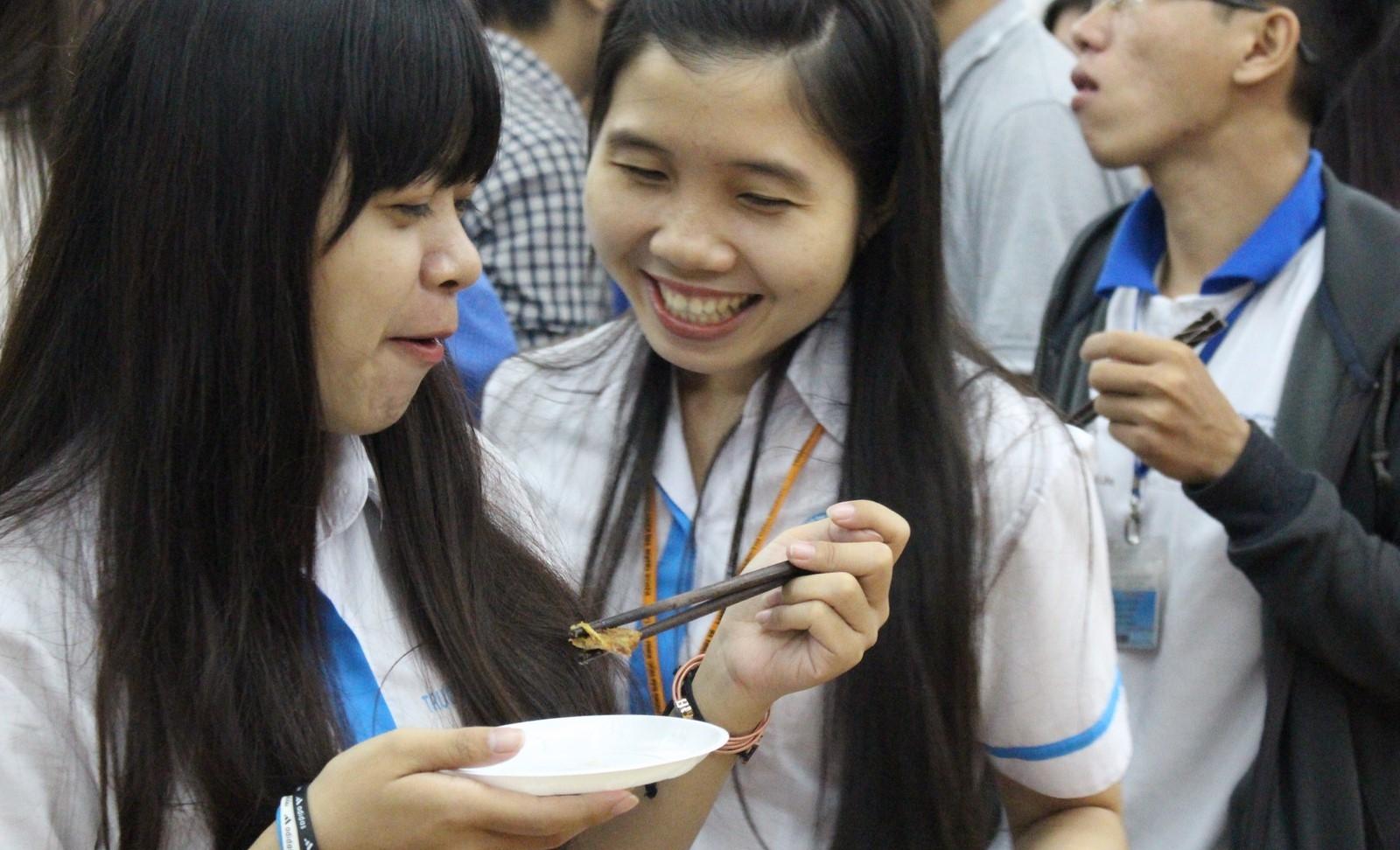 Món thịt bò được các bạn sinh viên thưởng thức rất ngon lành