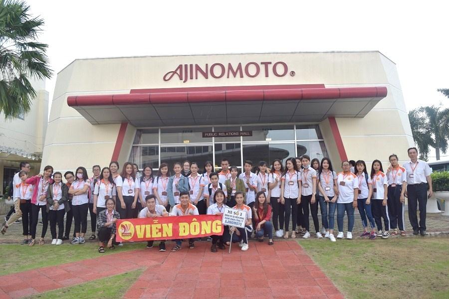 Sinh viên chụp ảnh lưu niệm trước khi tham quan nhà máy Ajinomoto
