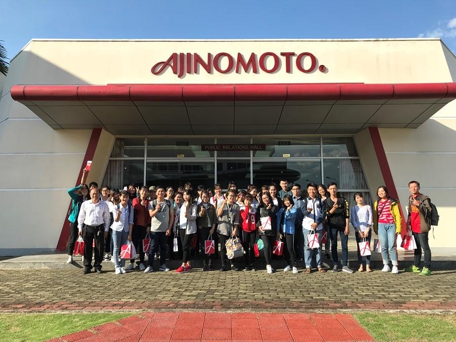 Chụp ảnh lưu niệm sau khi tham quan nhà máy Ajinomoto chi nhánh Biên Hòa, Đồng Nai -