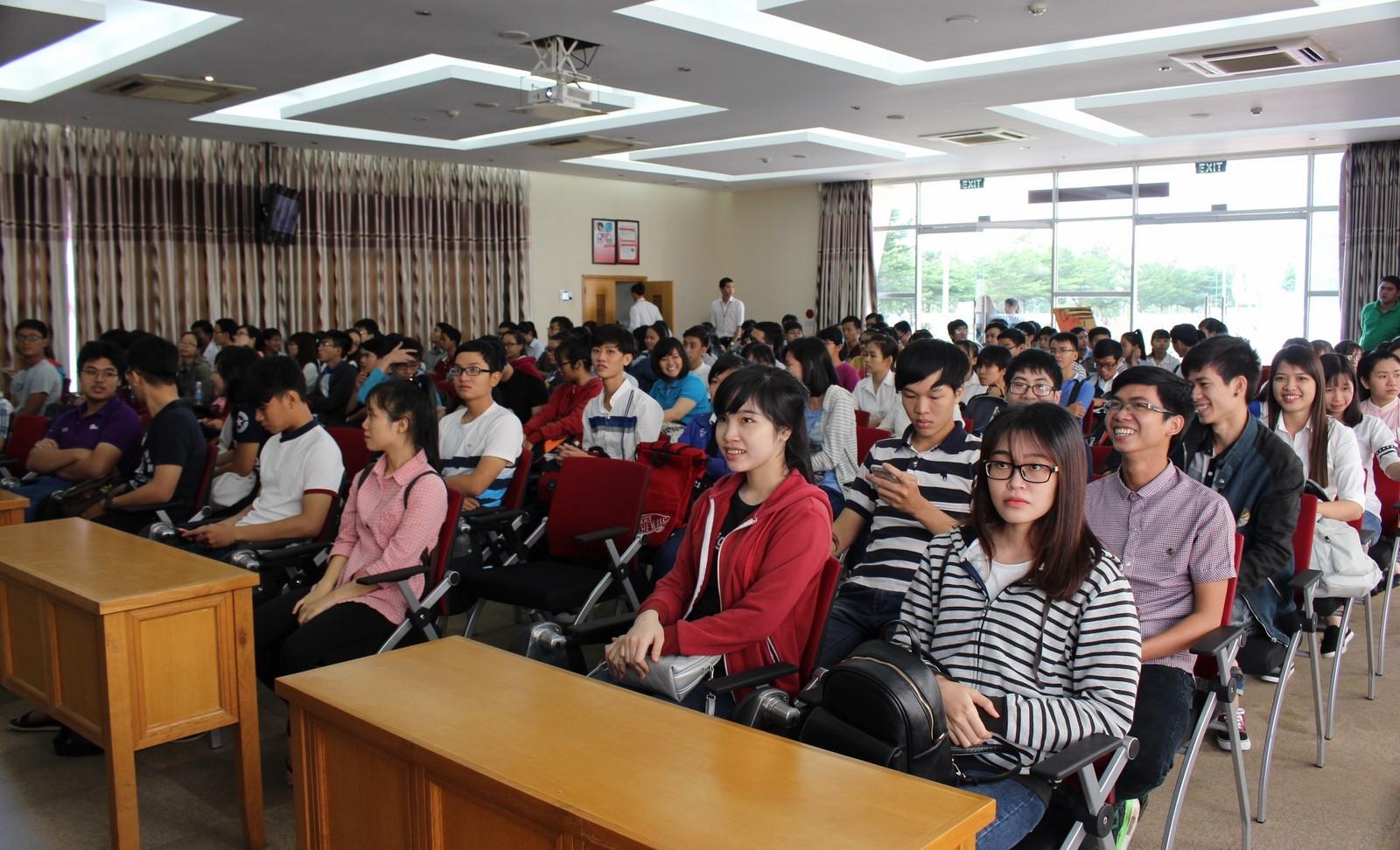 Sinh viên giao lưu với đại diện Ajinomoto Long Thành Đồng Nai