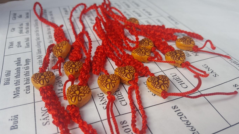 Món quà tinh thần là những chiếc móc khóa xinh xắn được các bạn sinh viên tiếp sức mùa thi tại điểm thi THCS Đồng Khởi tự tay làm tặng các thí sinh.