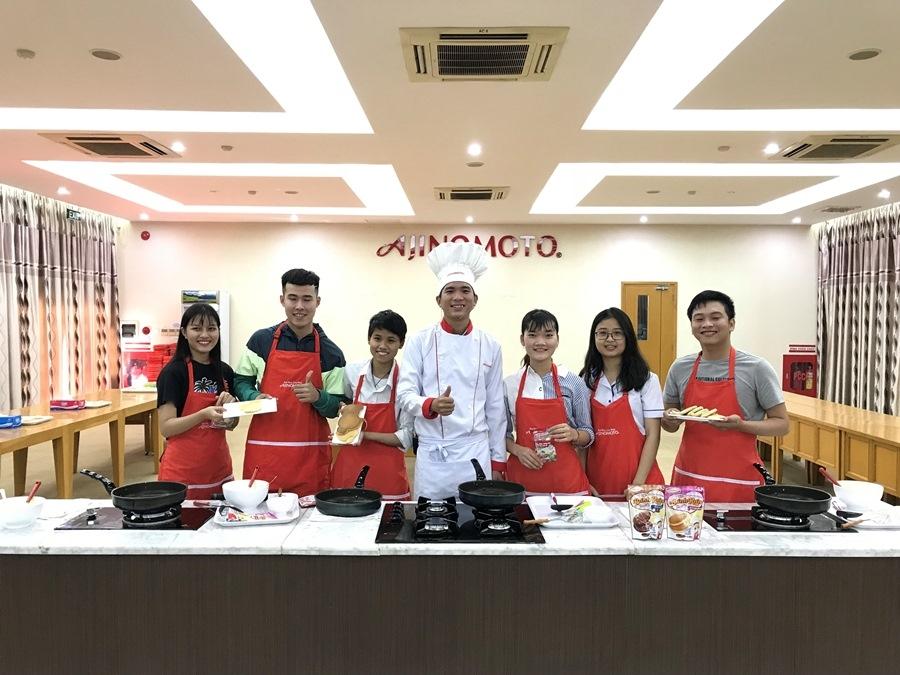 Phần thi nấu ăn thu hút được nhiều sinh viên tham gia