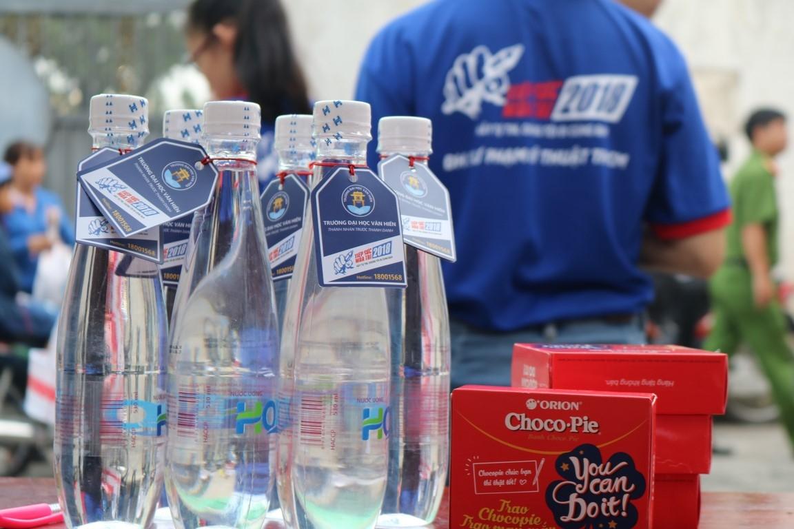 Vì thời tiết TP.HCM trong những ngày thi khá nắng và oi bức nên nước lọc luôn được chuẩn bị để hỗ trợ cho các thí sinh và phụ huynh ngay khi cần thiết để sức khỏe được đảm bảo trong suốt kì thi. Ảnh: Trúc Thủy